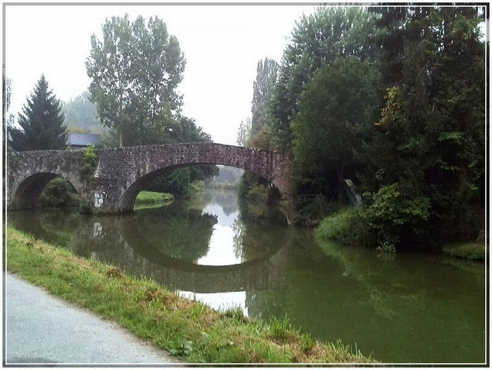 Vieux pont de pierre sur la rance à Léon